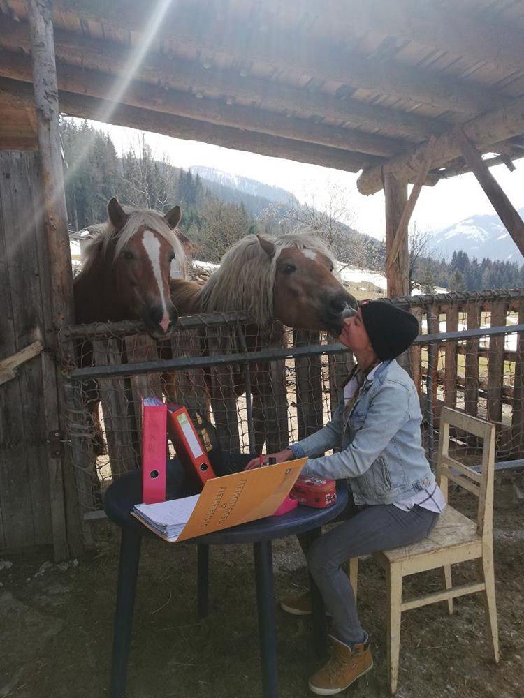 Schülerin Magdalena Perner beim Lernen mit ihren Pferden