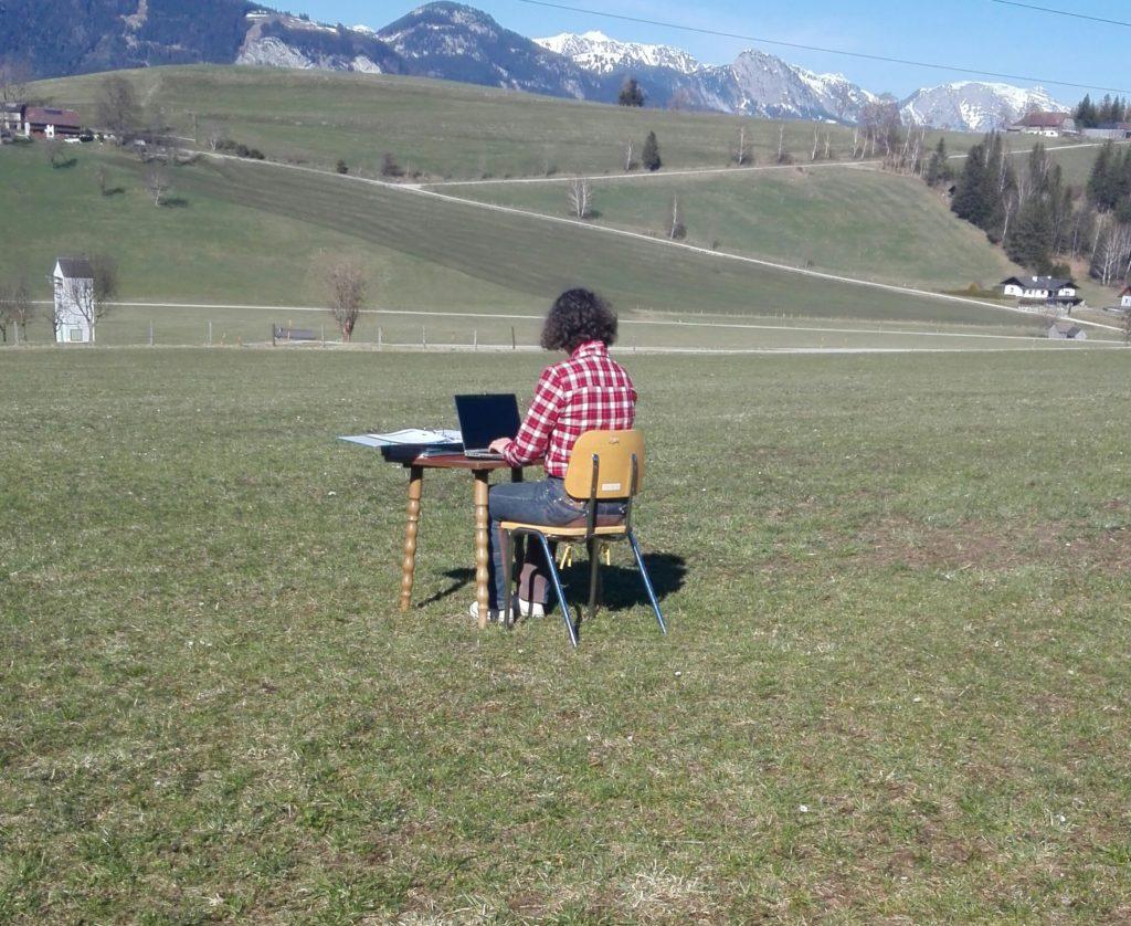 Schülerin Sarah Pölz beim Lernen am Feld